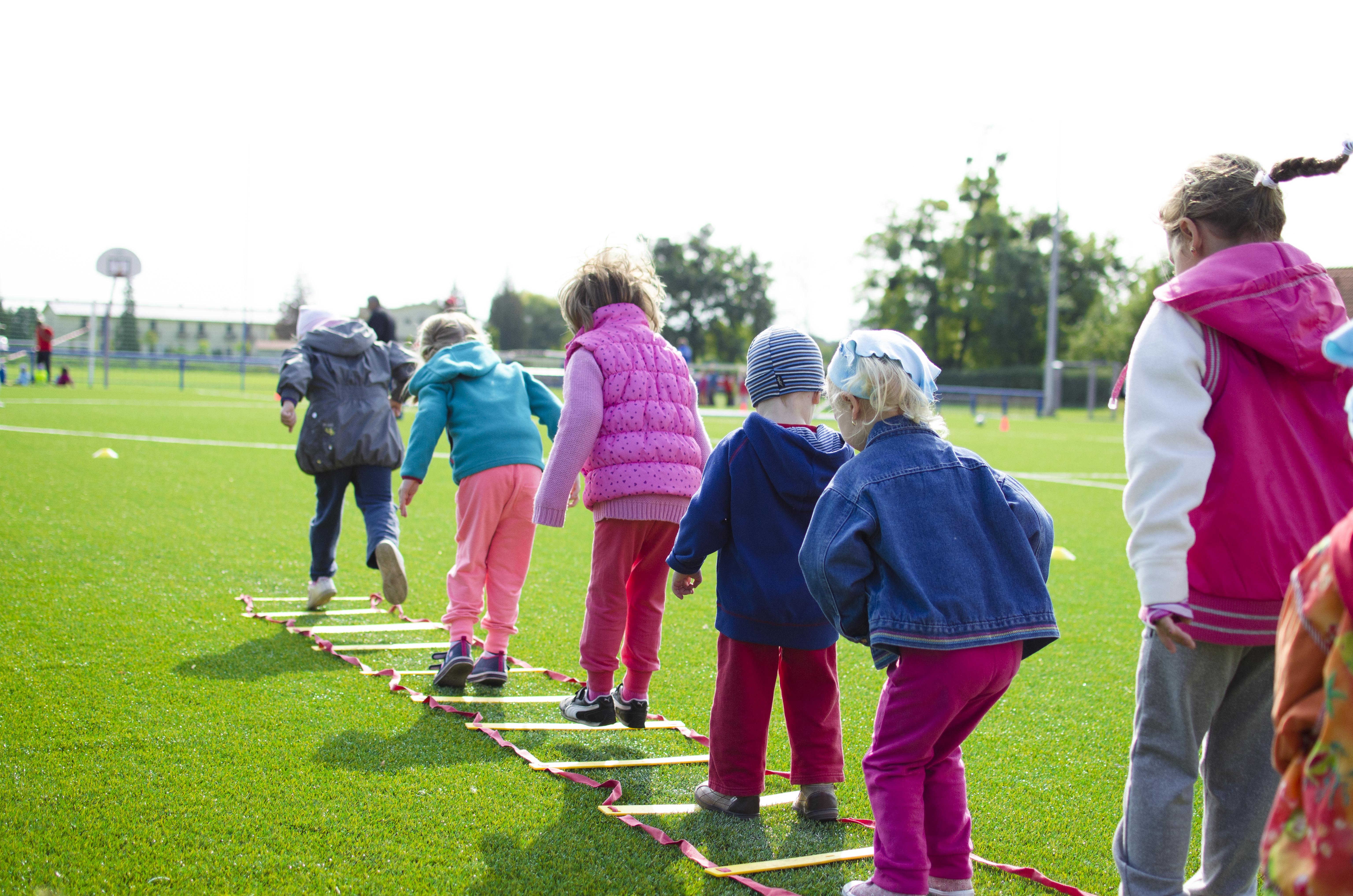 Dzieci grające w grę przypominającą klasy. Zdjęcie ilustruje artykuł pod tytułem Wysokość alimentów - jak określić?